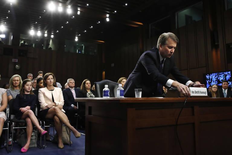 Brett Kavanaugh, indicado à Suprema Corte, ajusta placa em comissão do Senado, sendo observado pela mulher e uma filhaJacquelyn Martin