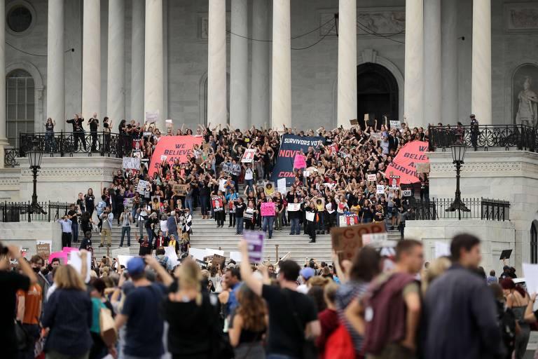 Manifestantes protestam nas escadarias do Capitólio contra a indicação de Brett Kavanaugh enquanto o Senado aprova seu nome para a Suprema Corte