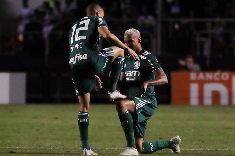 Deyverson comemora com Mayke o segundo gol palmeirense contra o São Paulo