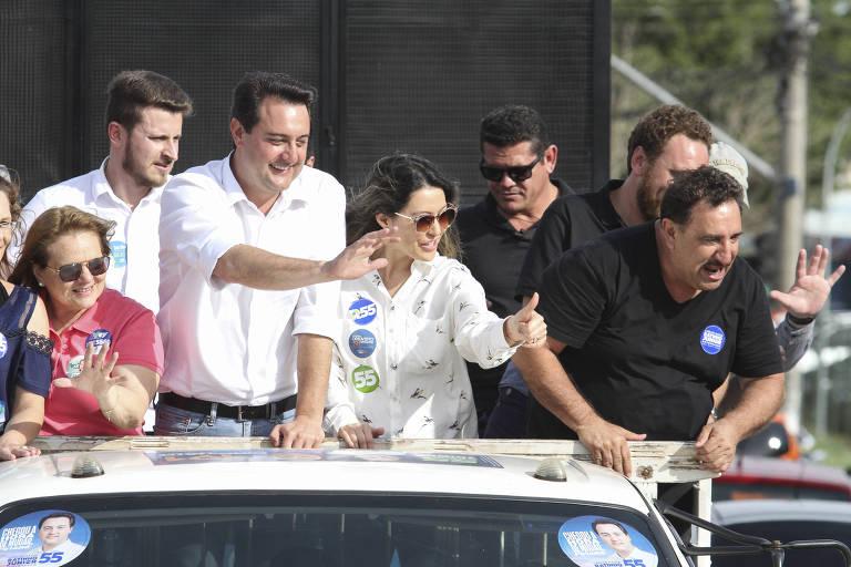 Ratinho Junior (PSD) durante carreata de campanha ao lado da mulher (de camisa branca), Luciana Massa, e do pai
