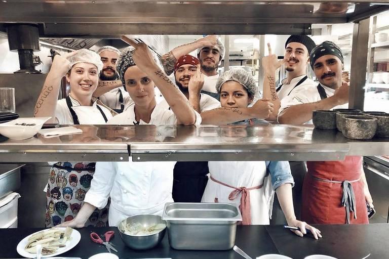 Ao lado de sua equipe, chef Helena Rizzo faz gesto obsceno contra Bolsonaro (PSL)