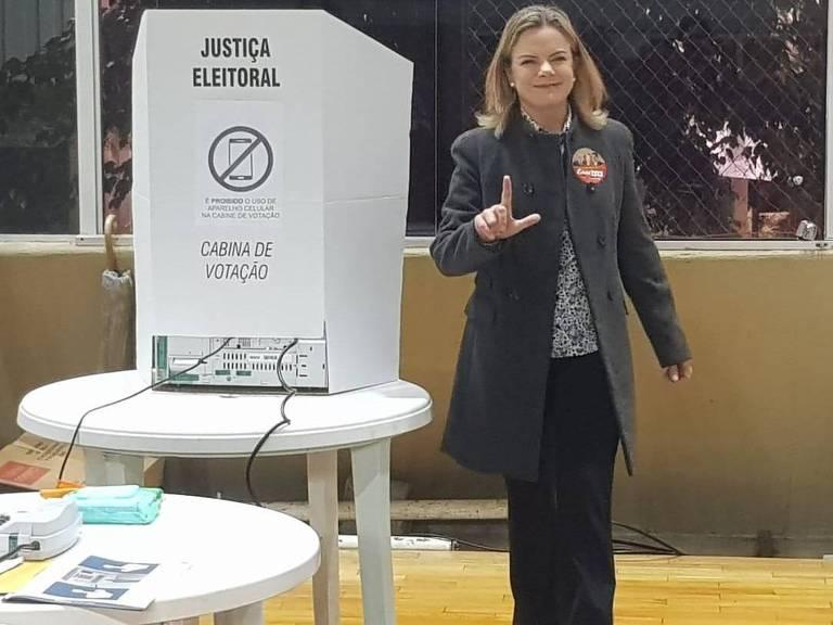 A presidente nacional do PT, senadora Gleisi Hoffmann, vota em Curitiba