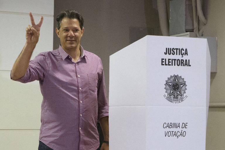 O candidato do PT à Presidência, Fernando Haddad, vota no colégio Brasilian Internacional School no bairro paulistano de Indianópolis