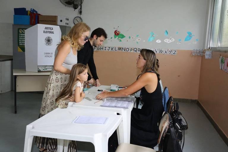 Angélica, acompanhada da filha Eva, vota no Rio