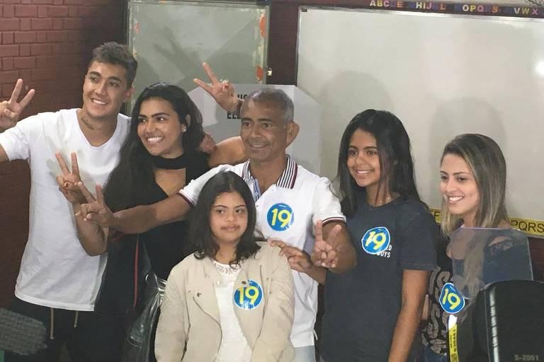 Romário, durante a eleição deste domingo, ao lado dos filhos, fracassou na eleição para governador do Rio de Janeiro