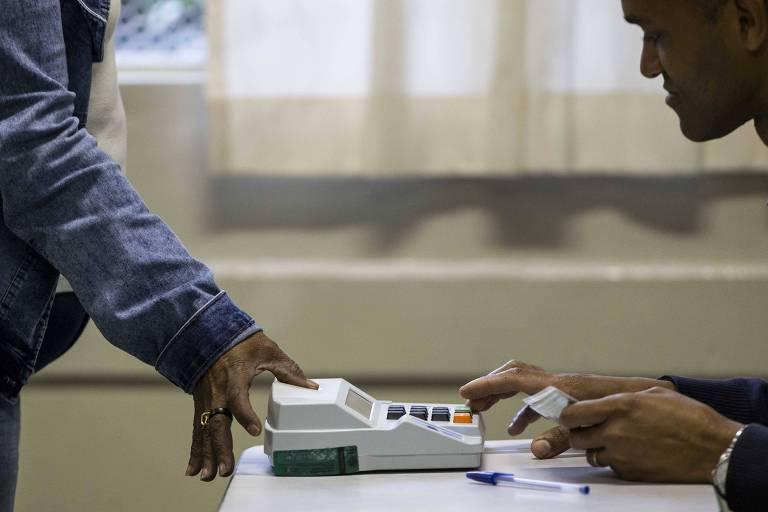 Eleitor durante votação por biometria em escola estadual de Guarulhos (SP), no primeiro turno das Eleições 2018