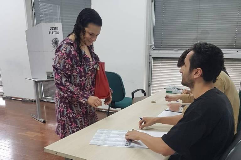 A candidata a deputada estadual, Janaina Paschoal, vota em São Paulo; veja outras imagens do dia