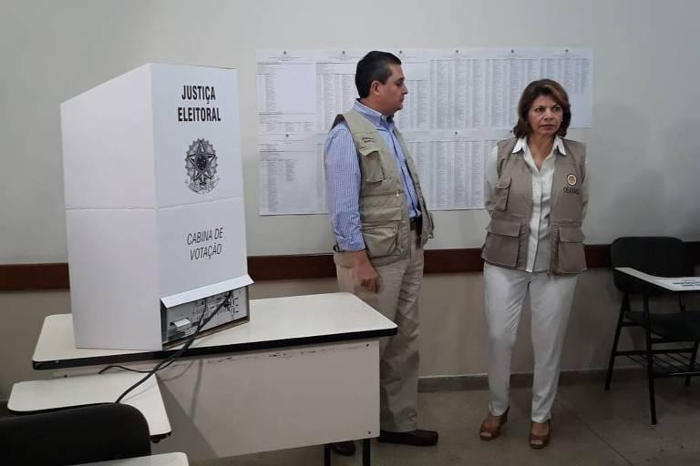 A chefe da missão de observação eleitoral da OEA e ex-presidente da Costa Rica, Laura Chinchilla, em visita a local de votação em Brasília