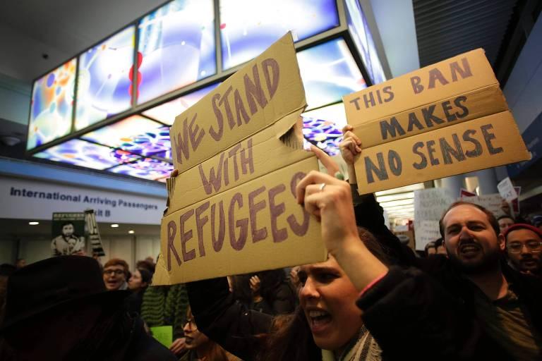Manifestantes favoráveis a chegada de refugiados aos EUA protestam em aeroporto de Chicago contra política de Donald Trump