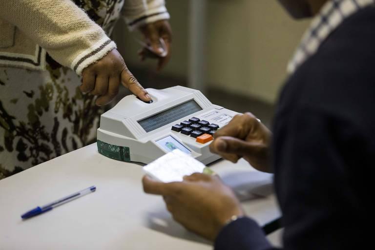 Eleitores usam identificação biométrica em Guarulhos, na Grande São Paulo