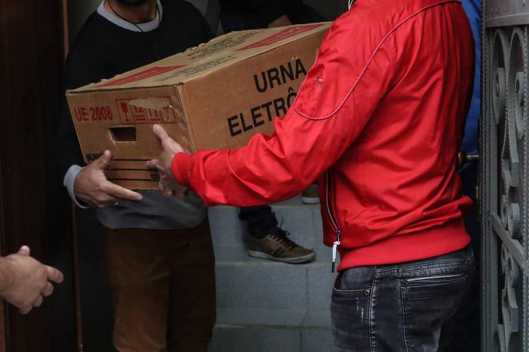 Urnas eletrônicas distribuídas em centros de votação em São Paulo