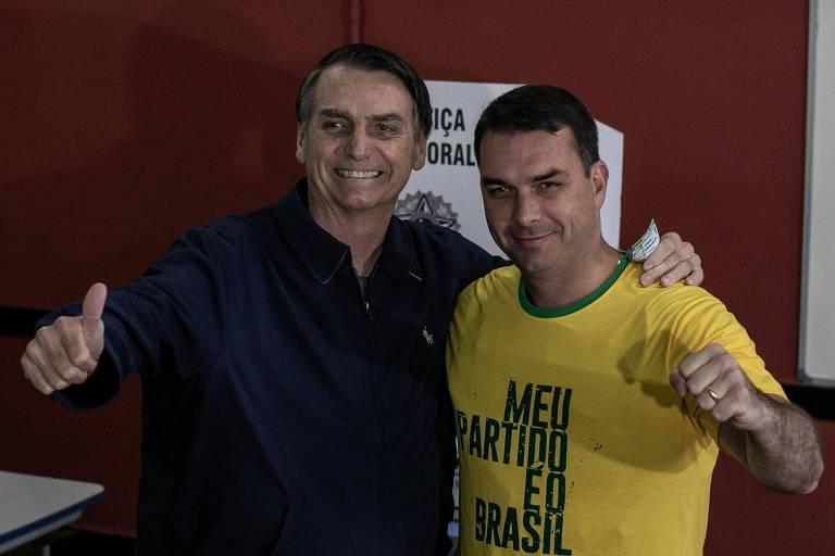 O candidato à Presidência da Republica pelo PSL Jair Bolsonaro, com seu filho Flávio Bolsonaro