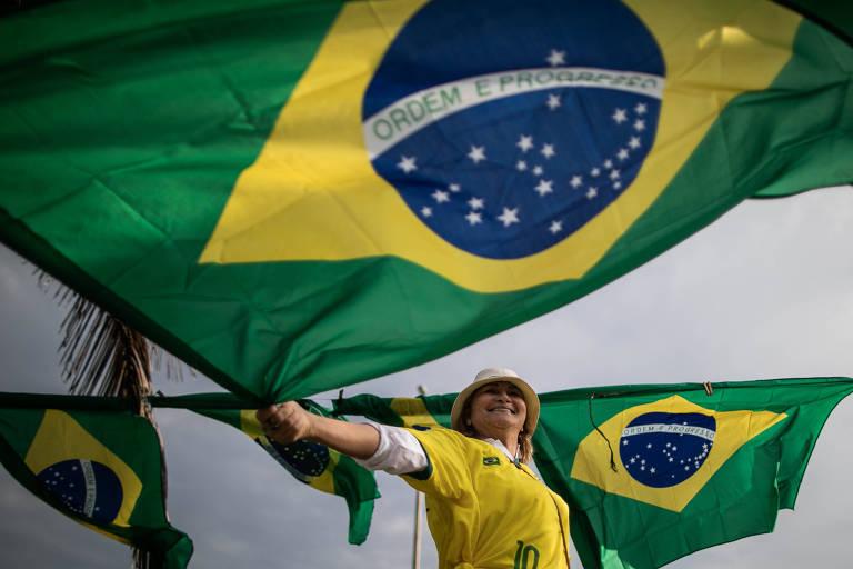 Apoiadores do candidato Jair Bolsonaro (PSL) fazem ato em frente ao condomínio onde ele mora na Barra da Tijuca, Rio de Janeiro