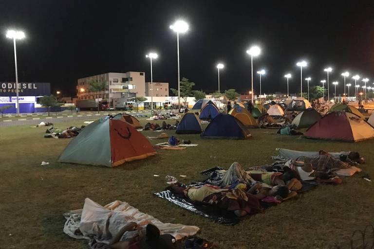 Venezuelanos acampados na região da rodoviária internacional de Boa Vista (RR), na madrugada deste domingo (7)