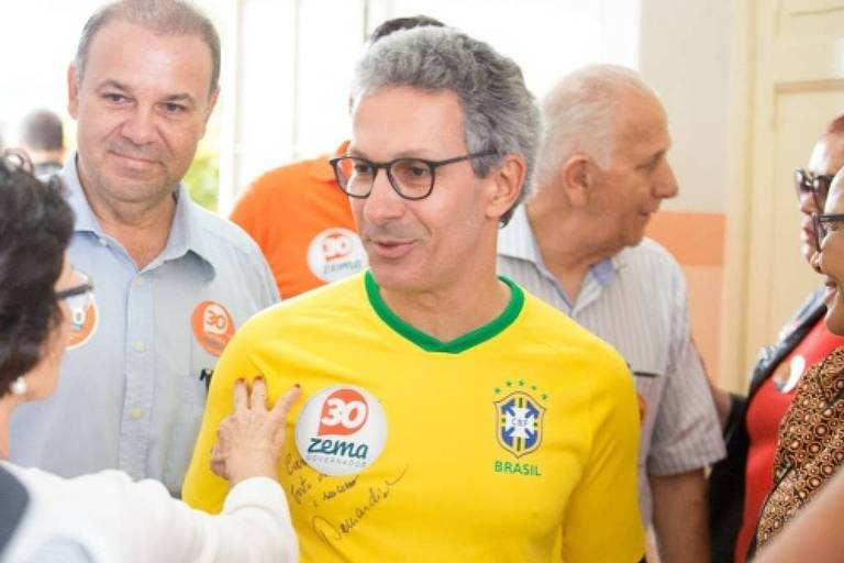 O candidato ao governo de Minas Gerais, Romeu Zema, antes de registrar seu voto