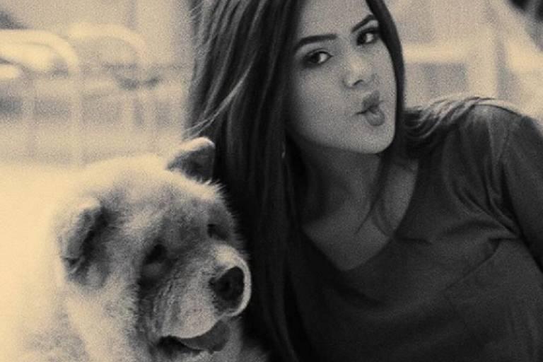 Maisa Silva ao lado do cachorro, Pipoca