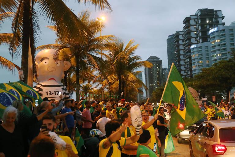 Apoiadores de Bolsonaro, com um boneco Pixuleco inflável, se concentram no Rio