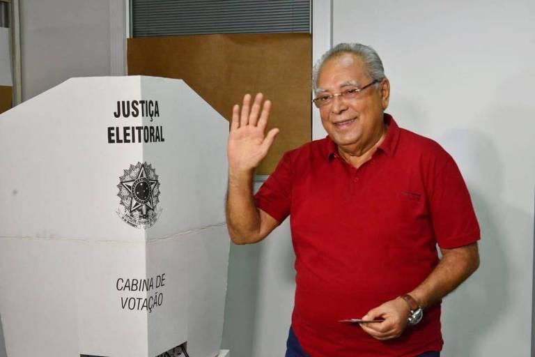 O Candidato do PDT ao governo do Amazonas,  Amazonino Mendes, vota em Manaus .