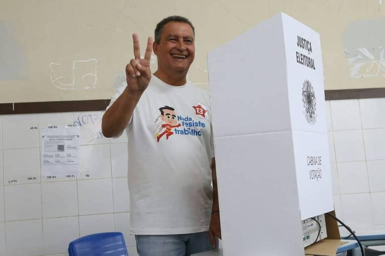 O candidato Rui Costa após votar neste domingo (7)