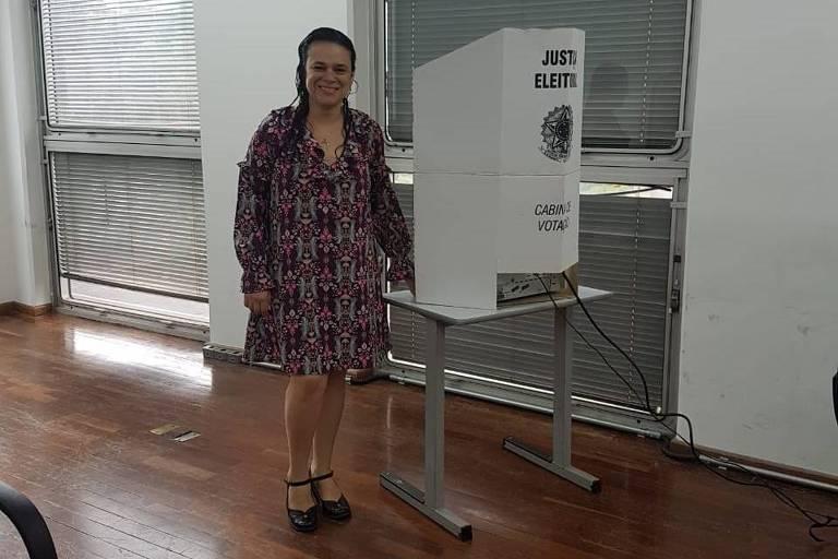 A candidata a deputada estadual, Janaina Paschoal, vota em São Paulo