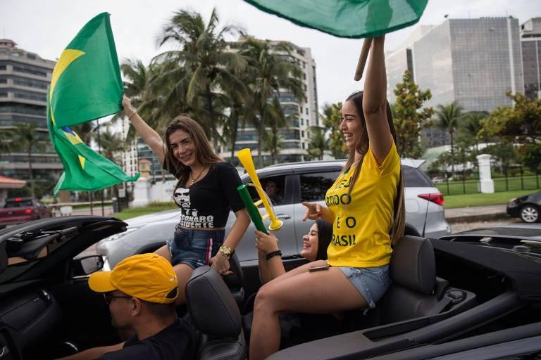 Apoiadores do candidato Jair Bolsonaro (PSL) se concentram em frente ao condomínio residencial onde ele mora, na Barra da Tijuca, no Rio de Janeiro