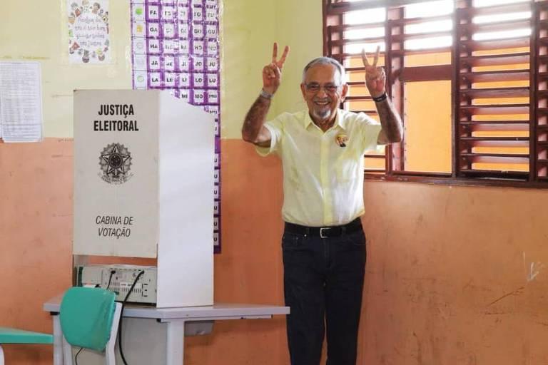 O candidato do PSB ao governo do Amapá, João Capiberibe, vota em 7 de outubro