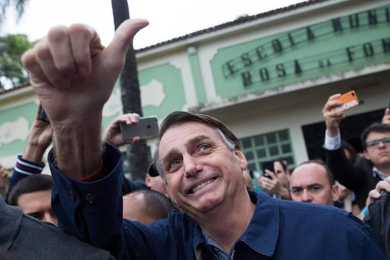 O candidato à Presidência Jair Bolsonaro (PSL) acena para apoiadores após votar, no domingo (7), no Rio de Janeiro