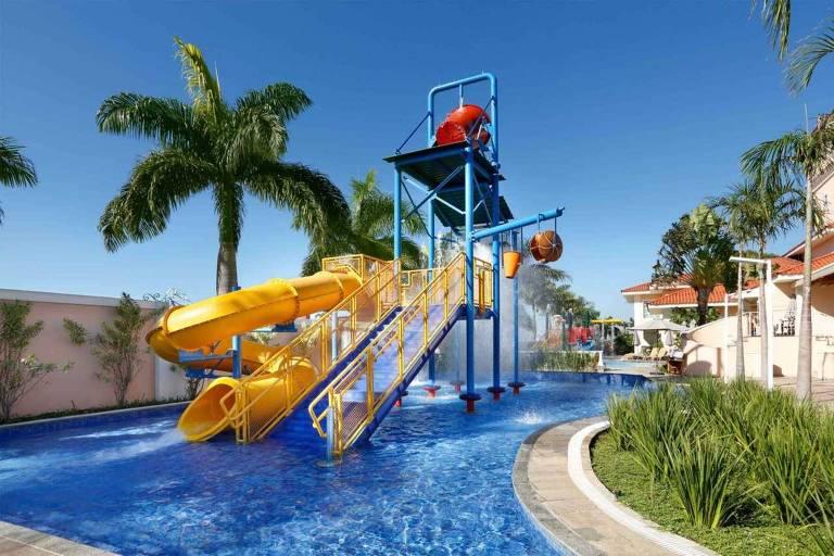 Piscina do hotel Royal Palm Plaza, Campinas (SP). Há um escorregador para crianças no meio da piscina