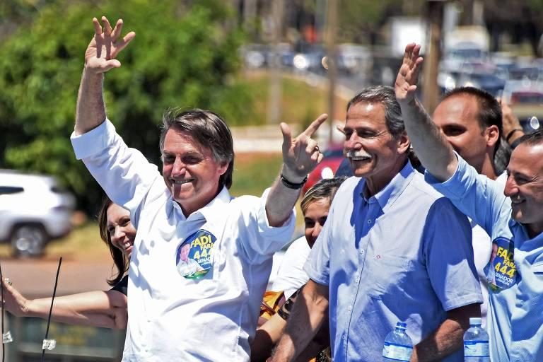 Jair Bolsonaro acena a eleitores durante carreata em Ceilândia, no Distrito Federal
