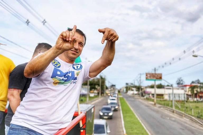 O candidato ao governo de Santa Catarina, Comandante Moisés (PSL), durante carreata de campanha