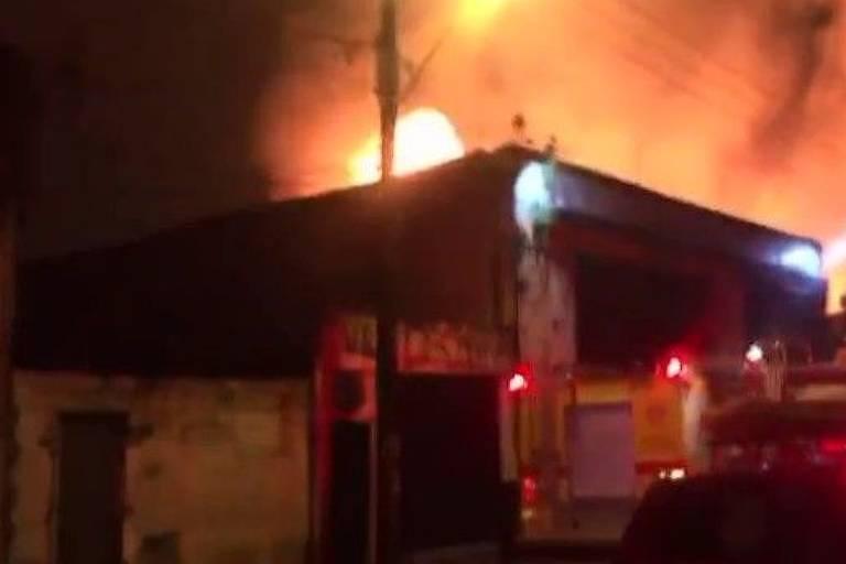 Incêndio em marcenaria em Santos gerou emissão de gás tóxico