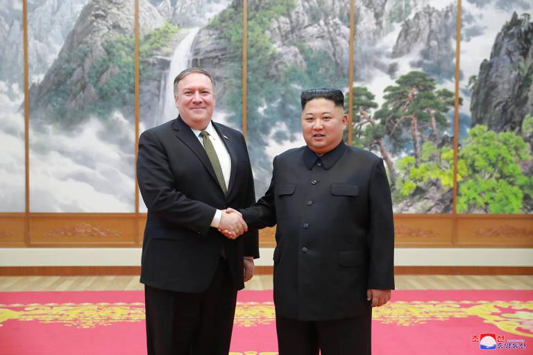 O secretário de Estado dos EUA, Mike Pompeo, e o ditador norte-coreano Kim Jong-un durante encontro em Pyongyang