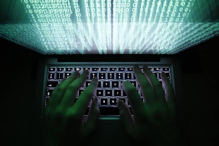 Pessoa digita códigos de computador; grupo anônimo conseguiu até recibos de Uber que podem estar ligados a organização chinesa infiltrada nos EUA