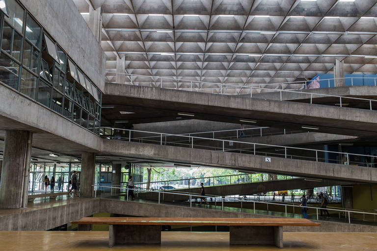 Área interna de prédio da FAU, na USP,  em São Paulo