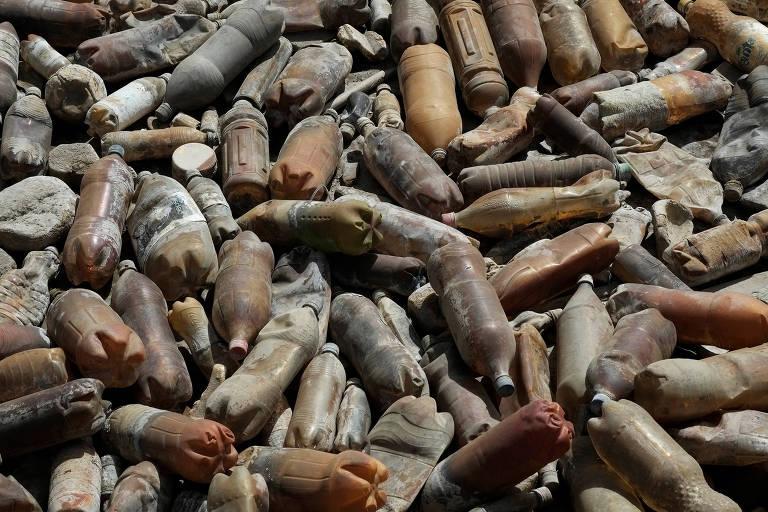 Garrafas de plástico são retratadas na barragem de águas residuais na mina de Colquiri, na Bolívia