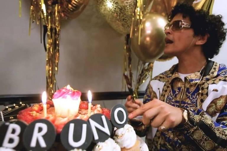 Ed Sheeran canta 'Parabéns' para Bruno Mars