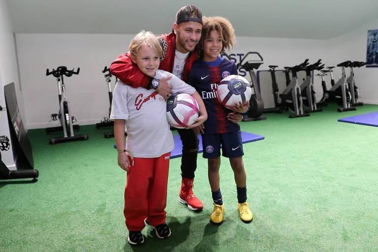 Neymar e seu filho, Davi Lucca (à esq.), encontram fã australiano Rudy Schnepf