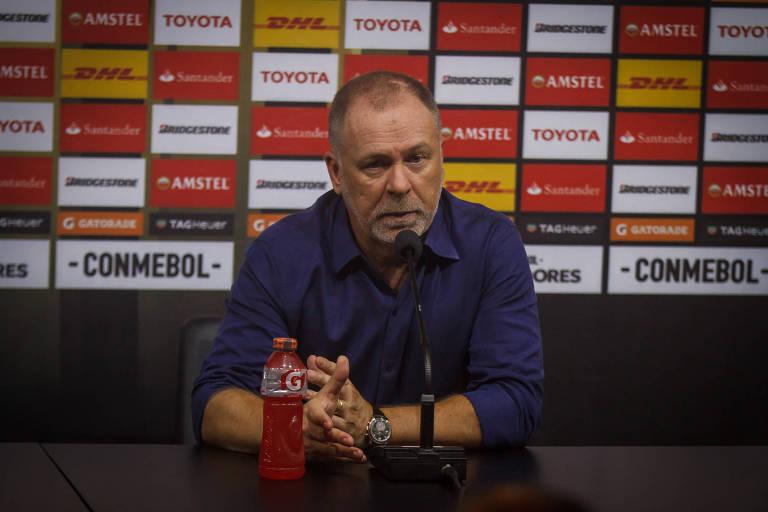 Mano Menezes durante entrevista após jogo do Cruzeiro no Mineirão