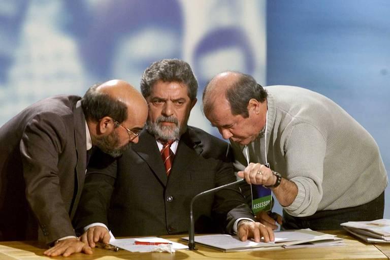 Lula entre seu assessor José Graziano (à esq.) e seu marqueteiro, Duda Mendonça (à dir.), durante o primeiro debate dos candidatos à Presidência, promovido pela TV Bandeirantes