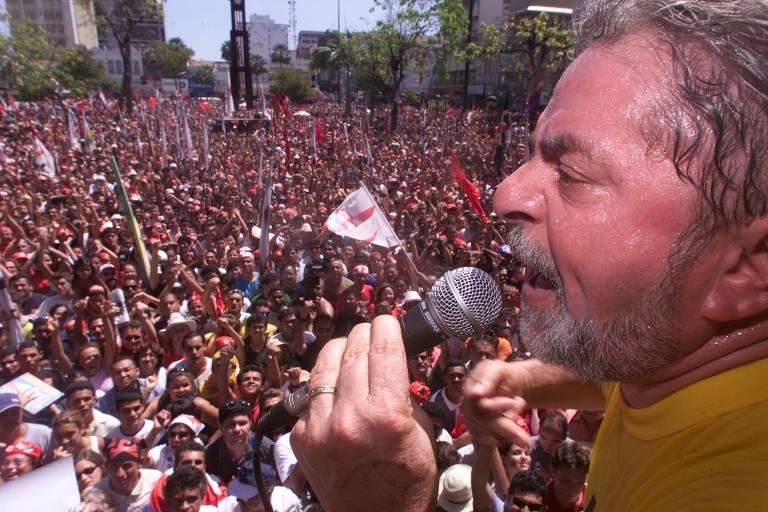 Lula faz comício em Fortaleza durante campanha pelas eleições de 2002
