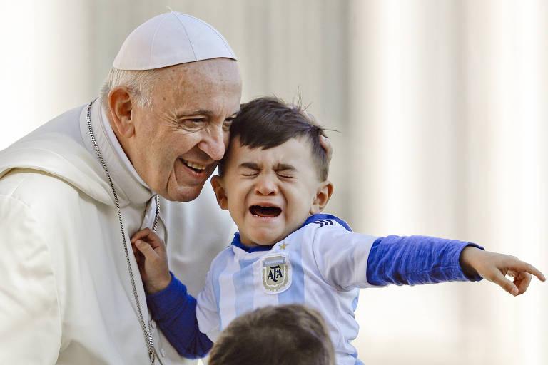 O Papa Francisco com uma criança durante audiência na praça de São Pedro, no Vaticano