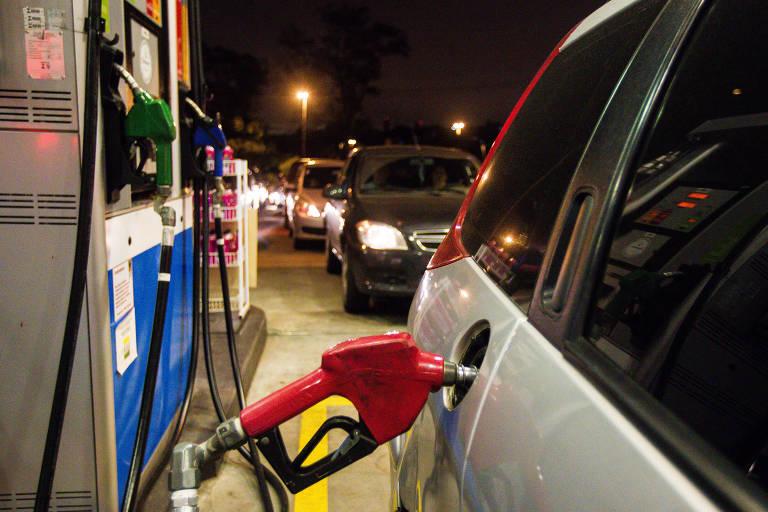 Carro sendo abastecido de combustível