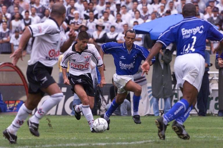 O lateral corintiano Sylvinho passa pelo volante cruzeirense Ricardinho no terceiro jogo da final do Brasileiro de 1998