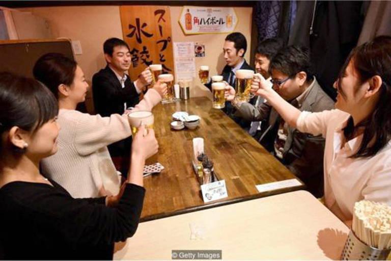 Trabalhadores em Tóquio saem às 15h na última sexta-feira do mês
