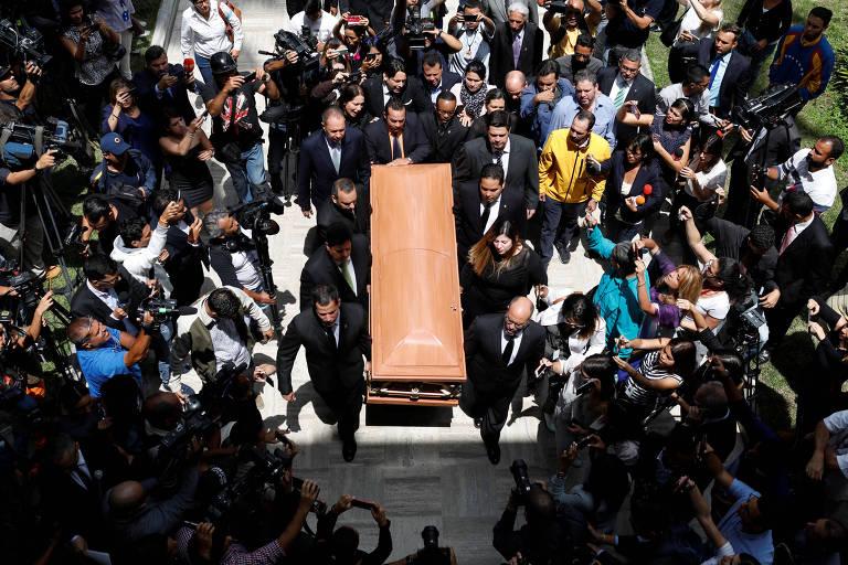 O caixão de Fernando Albán durante cerimônia na Assembleia Nacional, em Caracas, nesta terça (9)