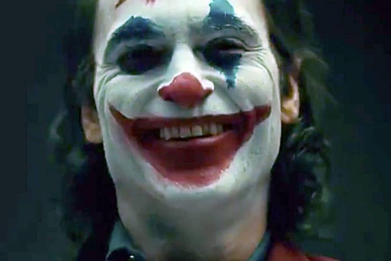 Joaquim Phoenix aparece com maquiagem do 'Coringa' em video