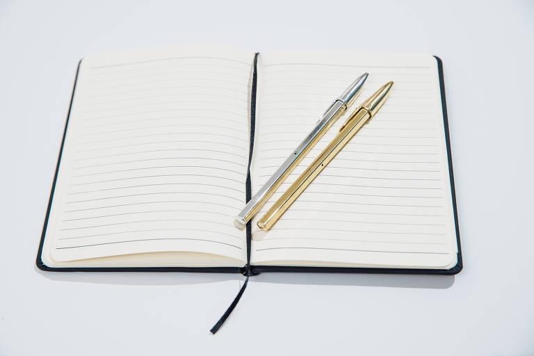 Bloco de anotações e caneta