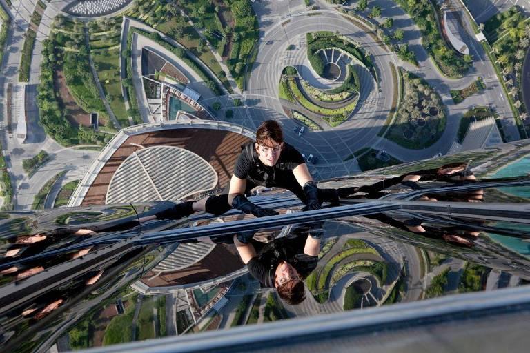 O ator Tom Cruise escala o edifício Burj Khalifa, em Dubai, no longa 'Missão Impossível - Protocolo Fantasma'