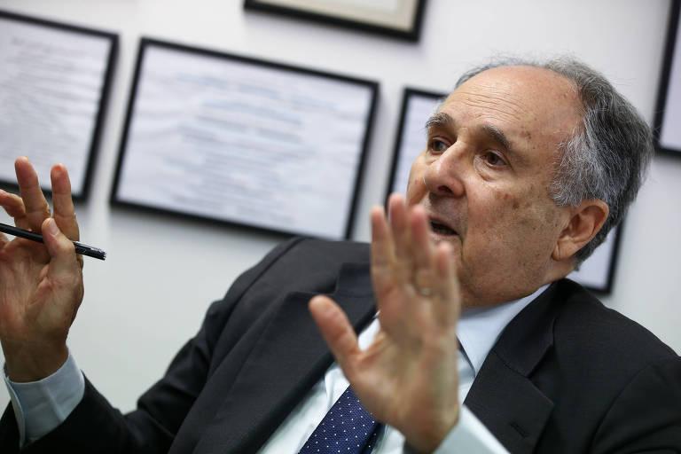 O senador Cristovam Buarque (PPS) durante entrevista à Folha em seu gabinete