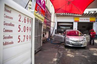 Postos já cobram R$ 5 pela gasolina